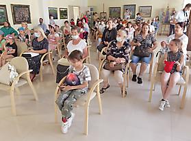 Зрители, гости и участники открытия выставки